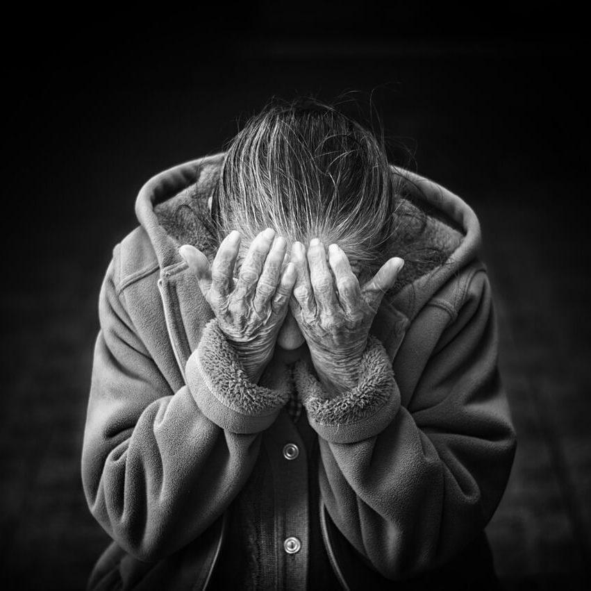szomorú idős nő